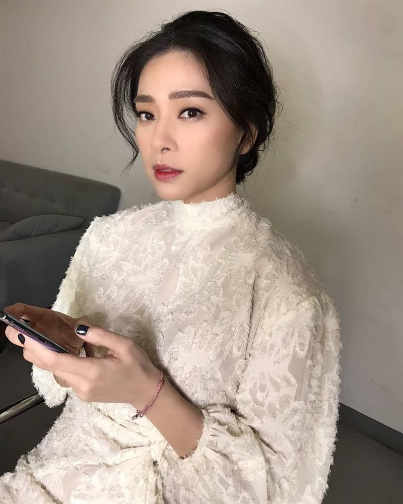 Mỹ nhân Việt có đến 4 kiểu tóc buộc thấp tuyệt xinh, diện đi làm hay đi chơi đều xịn đẹp ngây ngất-2