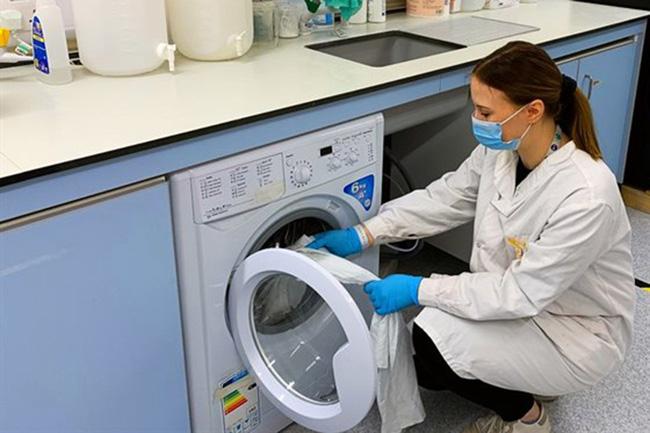 Phát hiện mới: Virus SARS-CoV-2 vẫn sống tốt trên vải, quần áo đến 3 ngày-1