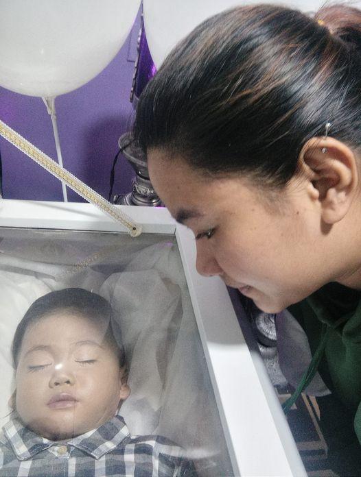 Nghịch ngợm cắm thìa kim loại vào trong ổ điện, bé trai 2 tuổi bị điện giật tử vong-2
