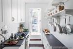 Trong nhà có phòng bếp kiểu hành lang, bạn đã nghĩ đến cách bố trí chưa?
