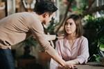 Đến gặp vợ cũ mời cưới, cô ấy bật khóc đưa tôi tờ giấy nhàu nhĩ đẩy tôi vào tình thế đứng ngồi không yên