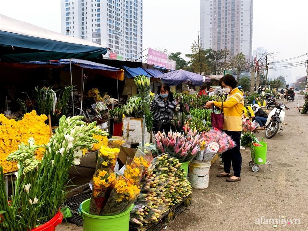 Hoa tươi cúng Rằm tháng Giêng rẻ chưa từng thấy, gà cúng và các thực phẩm khác tại chợ dân sinh ít biến động-1