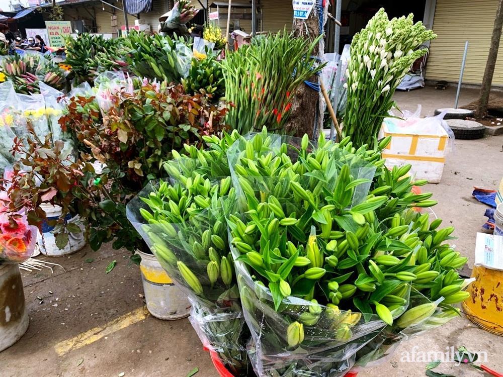 Hoa tươi cúng Rằm tháng Giêng rẻ chưa từng thấy, gà cúng và các thực phẩm khác tại chợ dân sinh ít biến động-2