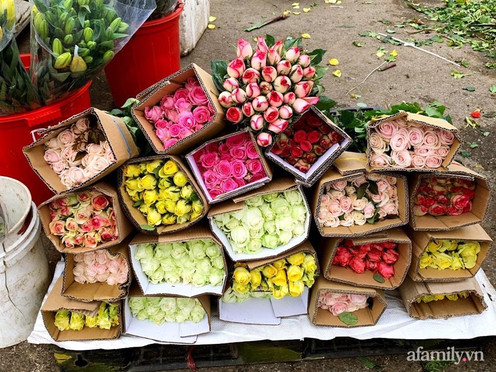 Hoa tươi cúng Rằm tháng Giêng rẻ chưa từng thấy, gà cúng và các thực phẩm khác tại chợ dân sinh ít biến động-3