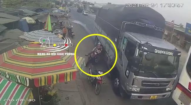 Clip: Ô tô tải vượt ẩu suýt đẩy 2 mẹ con đi xe máy đến tai nạn kinh hoàng, khoảnh khắc chạm cửa tử khiến ai nấy bủn rủn-1