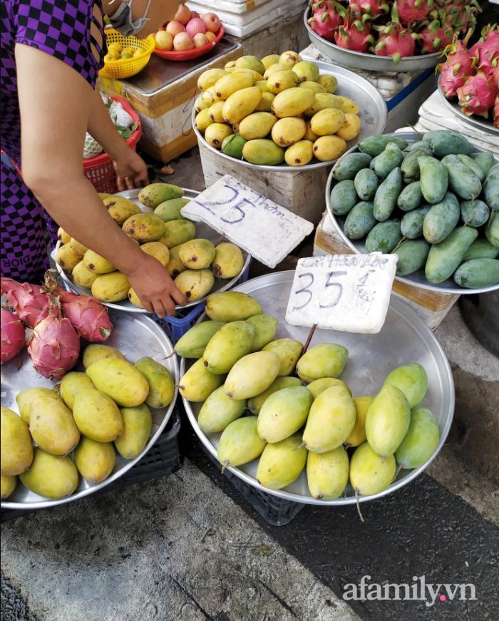 Hoa tươi cúng Rằm tháng Giêng rẻ chưa từng thấy, gà cúng và các thực phẩm khác tại chợ dân sinh ít biến động-4