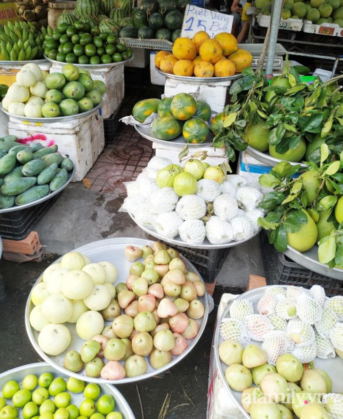 Hoa tươi cúng Rằm tháng Giêng rẻ chưa từng thấy, gà cúng và các thực phẩm khác tại chợ dân sinh ít biến động-5
