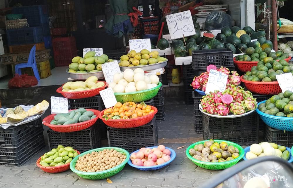 Hoa tươi cúng Rằm tháng Giêng rẻ chưa từng thấy, gà cúng và các thực phẩm khác tại chợ dân sinh ít biến động-6