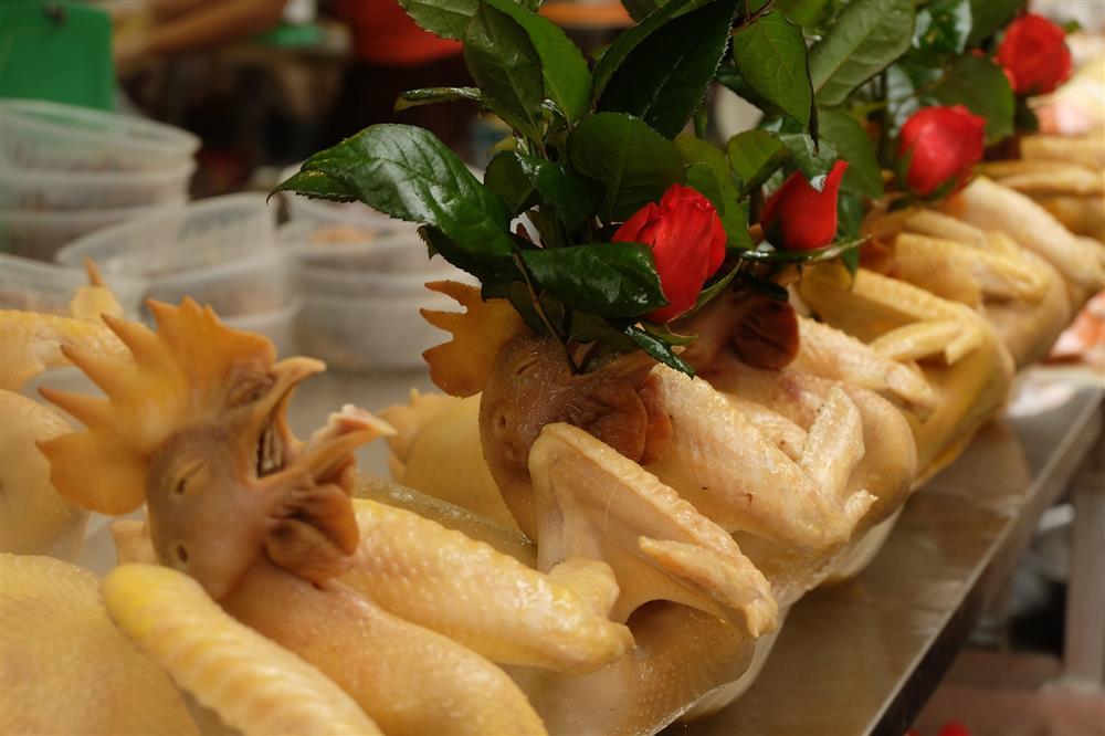 Hoa tươi cúng Rằm tháng Giêng rẻ chưa từng thấy, gà cúng và các thực phẩm khác tại chợ dân sinh ít biến động-7