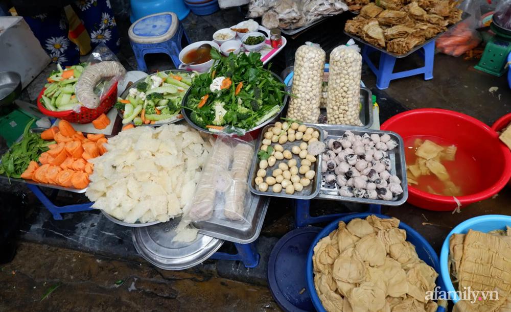 Hoa tươi cúng Rằm tháng Giêng rẻ chưa từng thấy, gà cúng và các thực phẩm khác tại chợ dân sinh ít biến động-9