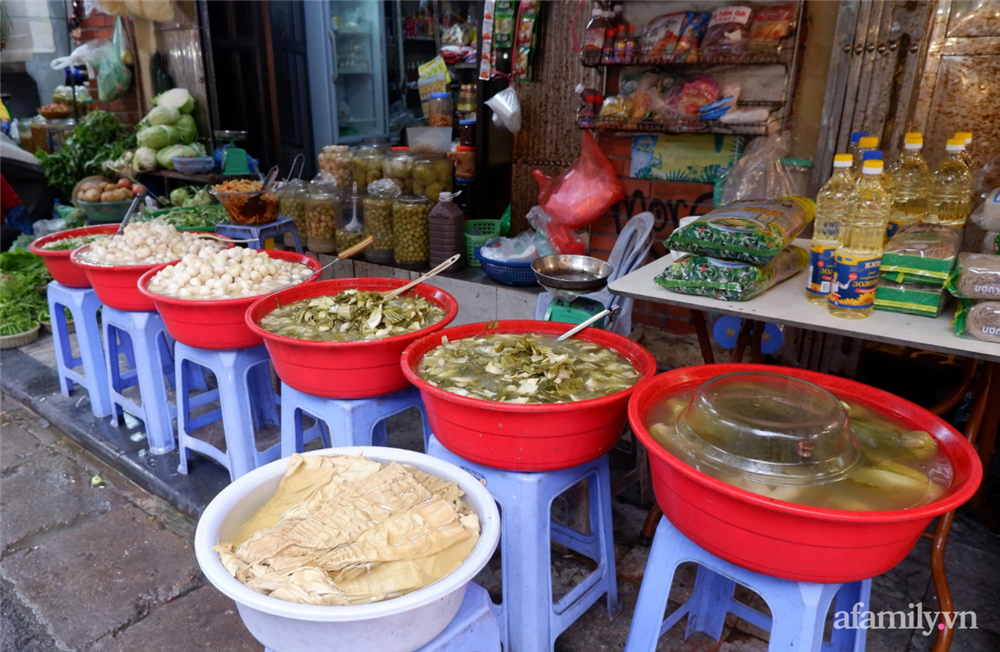 Hoa tươi cúng Rằm tháng Giêng rẻ chưa từng thấy, gà cúng và các thực phẩm khác tại chợ dân sinh ít biến động-11
