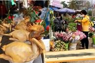 Hoa tươi cúng Rằm tháng Giêng 'rẻ chưa từng thấy', gà cúng và các thực phẩm khác tại chợ dân sinh ít biến động