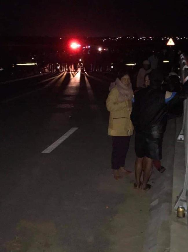Ô tô đâm loạt xe đạp điện trên cầu, 4 học sinh thương vong-3