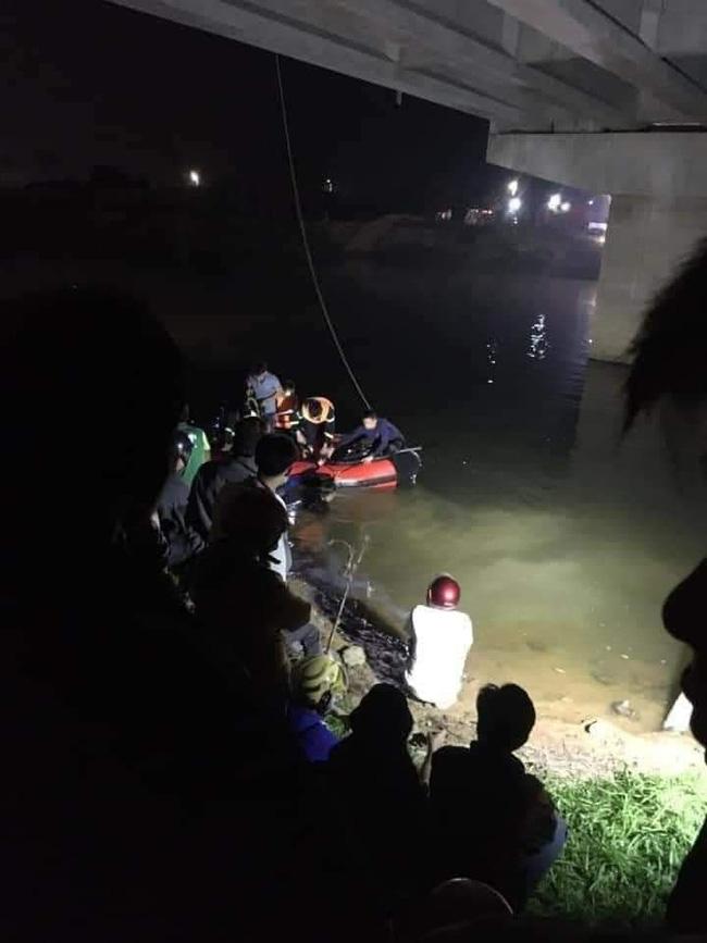 Ô tô đâm loạt xe đạp điện trên cầu, 4 học sinh thương vong-4