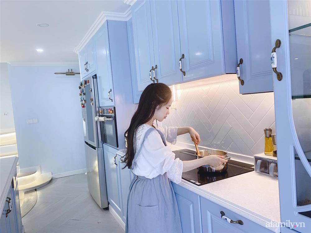 Căn bếp màu xanh yên bình, sang trọng với đủ thiết bị hiện đại của mẹ trẻ xinh đẹp Sài Thành-4