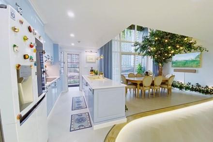 Căn bếp màu xanh yên bình, sang trọng với đủ thiết bị hiện đại của mẹ trẻ xinh đẹp Sài Thành