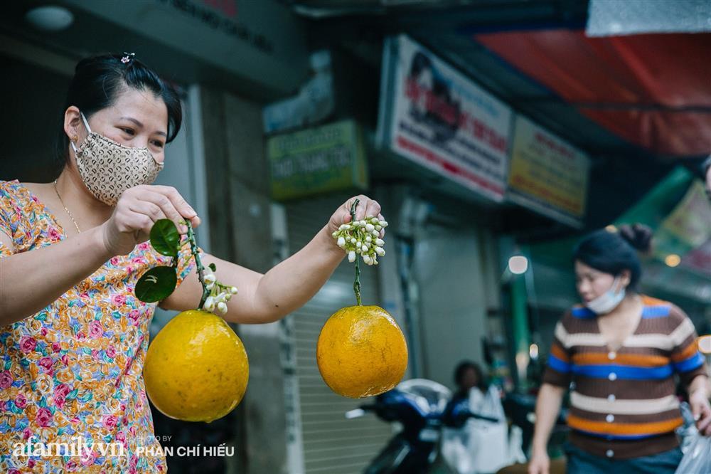 Hàng bưởi Diễn da vàng óng có từng búi hoa tươi giá tận 100k/quả, bà chủ thu cả chục triệu mỗi ngày!-4