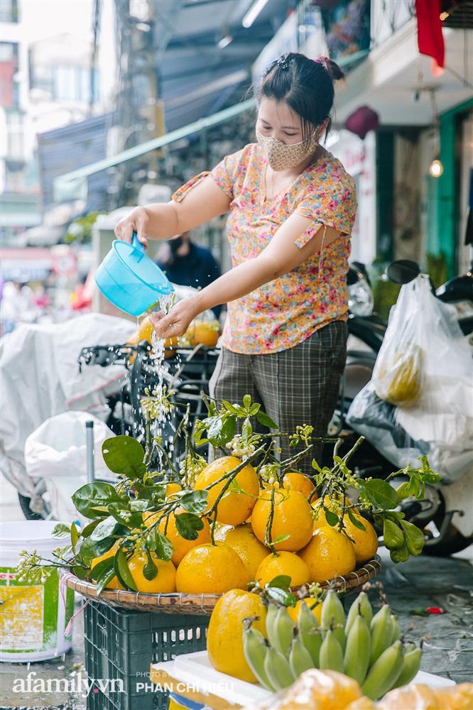 Hàng bưởi Diễn da vàng óng có từng búi hoa tươi giá tận 100k/quả, bà chủ thu cả chục triệu mỗi ngày!-9