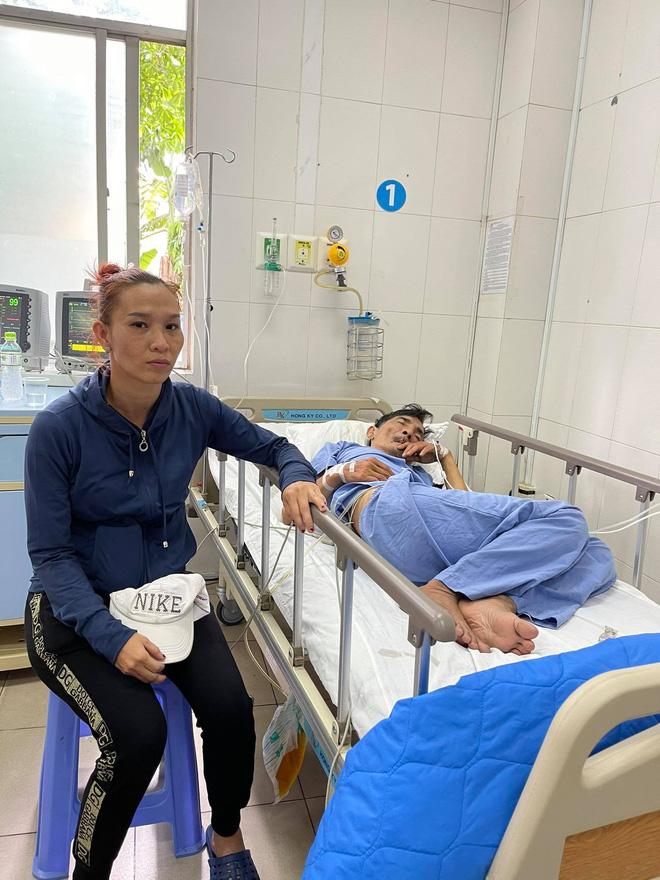 Vợ diễn viên Thương Tín đã có mặt tại bệnh viện, gương mặt lo lắng, căng thẳng-1