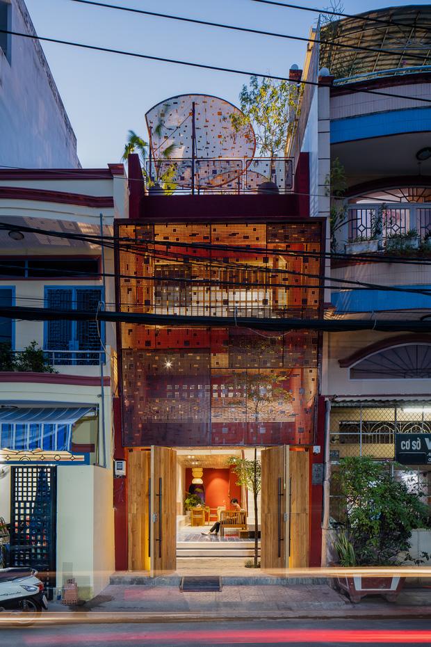 Thương mẹ 30 năm ở nhà xuống cấp, con gái xây tặng ngôi nhà ngoài đóng, trong mở cực độc ở Sài Gòn-1