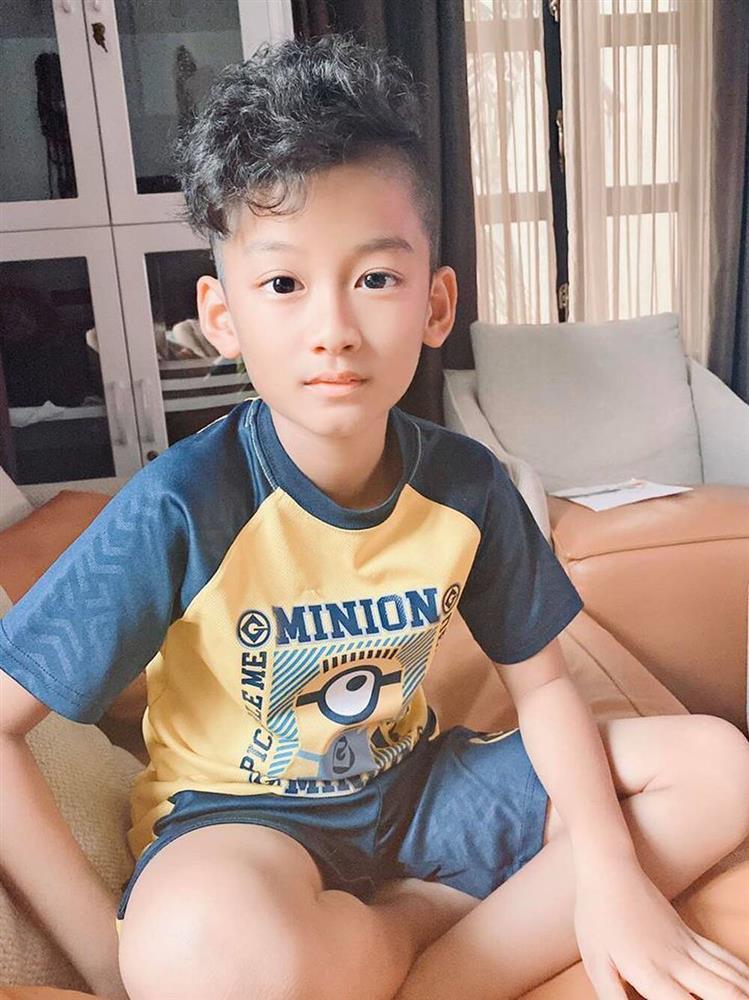 Mẹ chăm kỹ đến mức 6 tuổi vẫn đút cơm, con trai Lệ Quyên giờ 10 tuổi trổ mã lớn phổng phao, nhìn ảnh đoán ngay ra bí quyết-2
