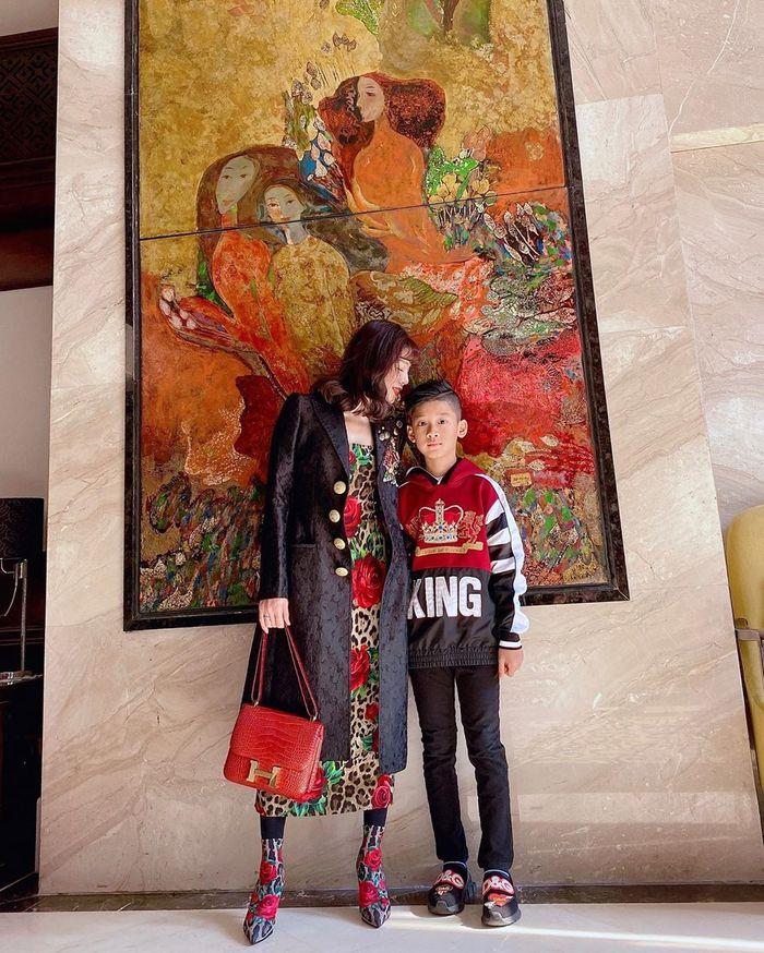 Mẹ chăm kỹ đến mức 6 tuổi vẫn đút cơm, con trai Lệ Quyên giờ 10 tuổi trổ mã lớn phổng phao, nhìn ảnh đoán ngay ra bí quyết-3