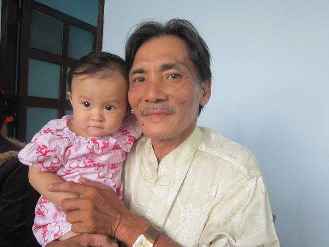 Cuộc sống chật vật của diễn viên Thương Tín ở tuổi 65: Sức khỏe yếu đi nhiều nhưng vẫn phải làm đủ việc mưu sinh nuôi vợ trẻ và con nhỏ-4