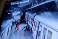 Bị cự tuyệt lời cầu hôn, gã đàn ông xô đẩy cô gái vào đoàn tàu đang lao đi vun vút, phản ứng của những người chứng kiến mới thật đáng xấu hổ