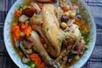 Khi hầm gà, việc cho nước vào và hầm trực tiếp là một sai lầm lớn, bạn hãy thêm một bước nữa là món gà hầm rất ngon và bổ dưỡng