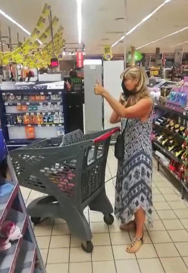 Bị nhân viên siêu thị mời ra ngoài vì không đeo khẩu trang, người phụ nữ lập tức lột đồ và hành xử khiến mọi người nổi da gà-2