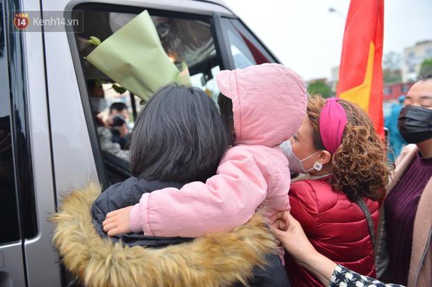 Ảnh: Cha mẹ bịn rịn khóc nức nở, cố với theo cửa kính ô tô tạm biệt các tân binh lên đường nhập ngũ-11