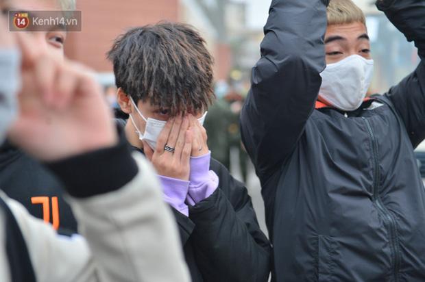 Ảnh: Cha mẹ bịn rịn khóc nức nở, cố với theo cửa kính ô tô tạm biệt các tân binh lên đường nhập ngũ-12