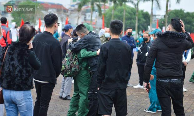 Ảnh: Cha mẹ bịn rịn khóc nức nở, cố với theo cửa kính ô tô tạm biệt các tân binh lên đường nhập ngũ-14