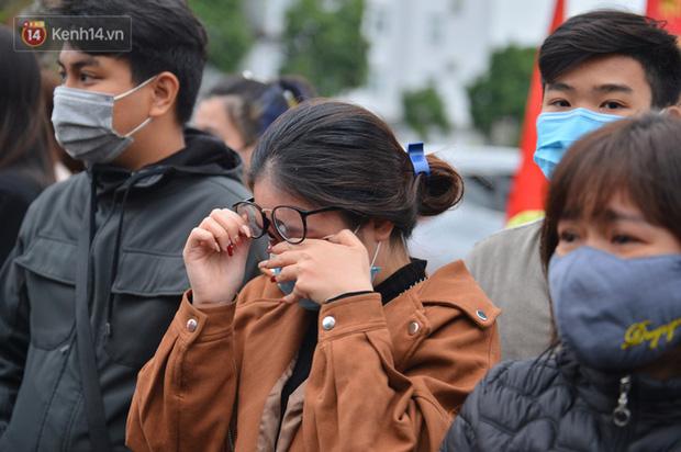 Ảnh: Cha mẹ bịn rịn khóc nức nở, cố với theo cửa kính ô tô tạm biệt các tân binh lên đường nhập ngũ-7