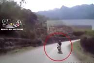 CLIP: Thanh niên chạy xe máy tốc độ cao đâm trực diện ô tô tải trên đường đèo