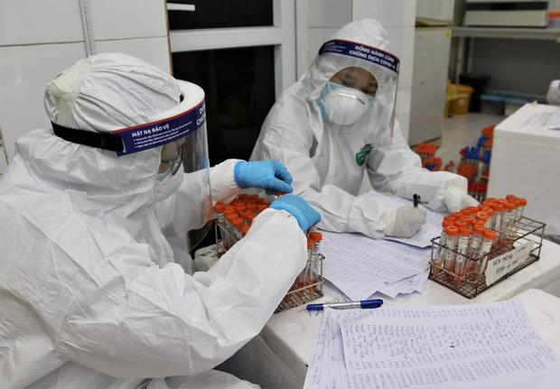 Đặc nhiệm blouse trắng: Trắng đêm trong phòng xét nghiệm tuyến đầu-2
