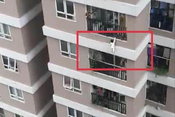 Vấn đề đáng cân nhắc từ vụ bé 2 tuổi rơi từ tầng 12 xuống: Nên dùng ban công thoáng hay khép kín?-1