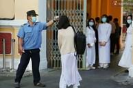 Ngày đầu tiên đi học sau 1 tháng nghỉ Tết: Học sinh chạy vội vì trễ giờ, khẩu trang kín mít vào lớp, dừng các hoạt động dưới sân trường