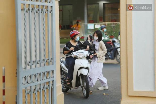 Ngày đầu tiên đi học sau 1 tháng nghỉ Tết: Học sinh chạy vội vì trễ giờ, khẩu trang kín mít vào lớp, dừng các hoạt động dưới sân trường-5