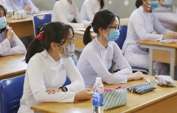 Ngày đầu tiên đi học sau 1 tháng nghỉ Tết: Học sinh chạy vội vì trễ giờ, khẩu trang kín mít vào lớp, dừng các hoạt động dưới sân trường-11