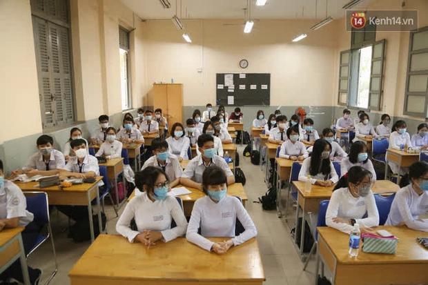 Ngày đầu tiên đi học sau 1 tháng nghỉ Tết: Học sinh chạy vội vì trễ giờ, khẩu trang kín mít vào lớp, dừng các hoạt động dưới sân trường-12