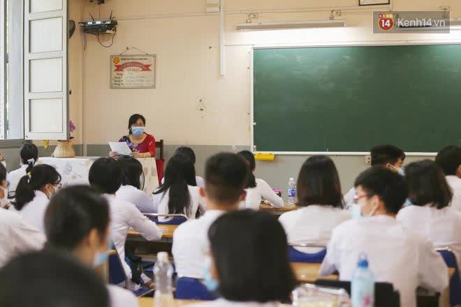 Ngày đầu tiên đi học sau 1 tháng nghỉ Tết: Học sinh chạy vội vì trễ giờ, khẩu trang kín mít vào lớp, dừng các hoạt động dưới sân trường-7
