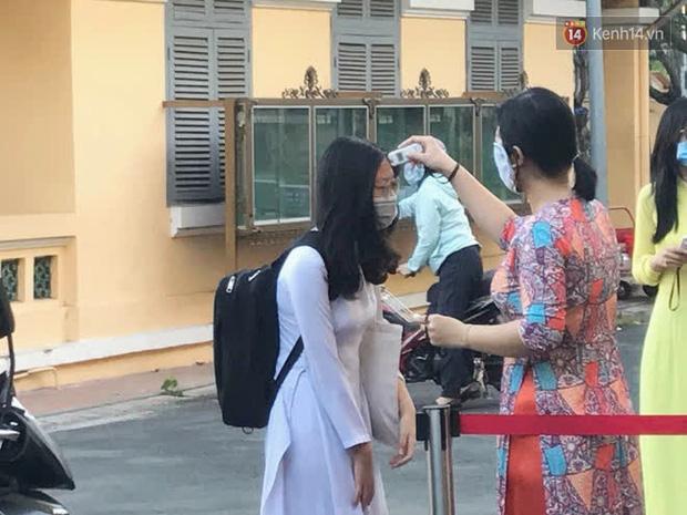 Ngày đầu tiên đi học sau 1 tháng nghỉ Tết: Học sinh chạy vội vì trễ giờ, khẩu trang kín mít vào lớp, dừng các hoạt động dưới sân trường-1