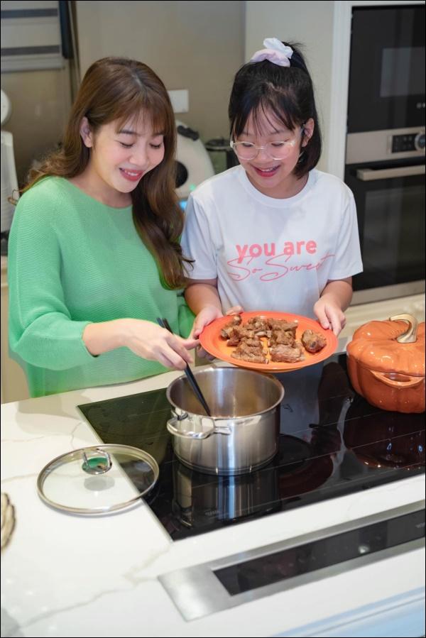 MC Diệp Chi có món bò sốt vangngon nhức nhối, thêm con gáikhéo léo tự làm kẹo dẻo đãi bạn-2