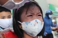 Trẻ tiểu học ở TP.HCM khóc vì bỡ ngỡ khi trở lại trường