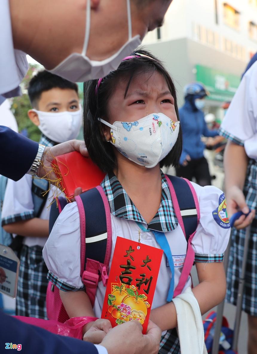 Trẻ tiểu học ở TP.HCM khóc vì bỡ ngỡ khi trở lại trường-2