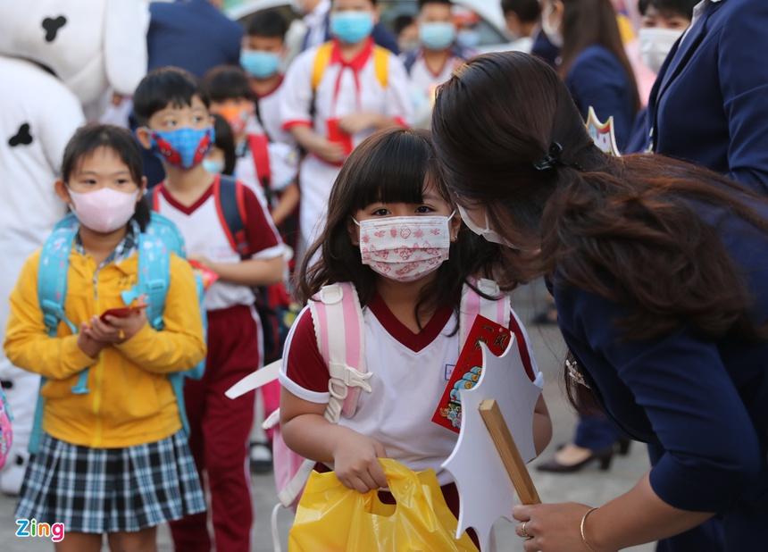 Trẻ tiểu học ở TP.HCM khóc vì bỡ ngỡ khi trở lại trường-1