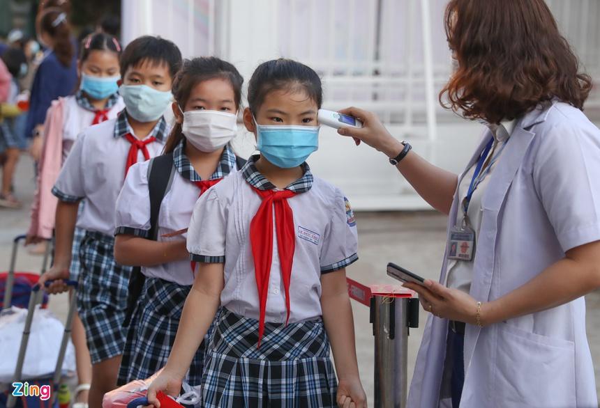 Trẻ tiểu học ở TP.HCM khóc vì bỡ ngỡ khi trở lại trường-6