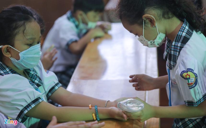 Trẻ tiểu học ở TP.HCM khóc vì bỡ ngỡ khi trở lại trường-8