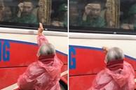 Clip nghẹn lòng: Người bà tóc bạc trắng mặc áo mưa, cố nhét ít tiền cho cháu trong ngày đi nghĩa vụ quân sự